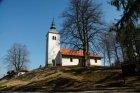 Mimo najvišje točke Poti po obronkih (Izerca 801 mnv) stoji na hribčku cerkev, vredna ogleda.